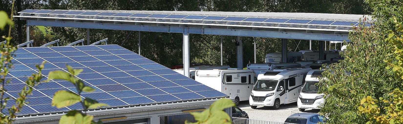 Solaranlage auf Hausdach, Solarcarport im Hintergrund