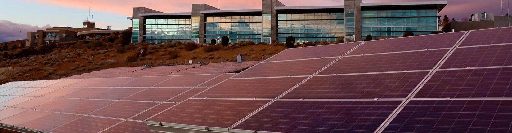 Solarteure beim Montieren einer Solaranlage (Bildquelle: Fotolia/Marina Lohrbach)